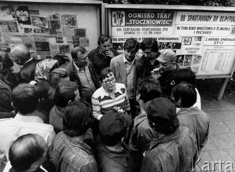 Gdańsk, sierpień 1980. Strajk w Stoczni Gdańskiej im Lenina. Anna Walentynowicz wśród robotników.