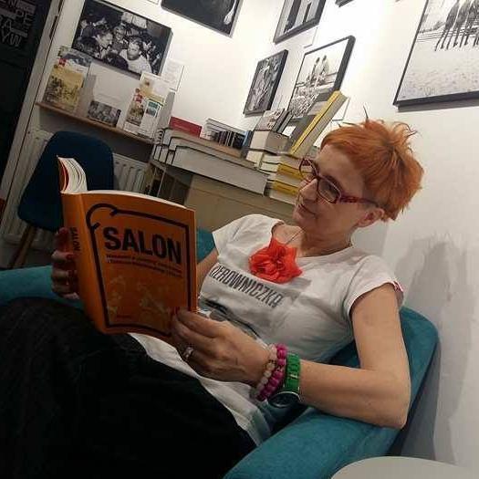 zdjęcie kobiety czytającej książkę