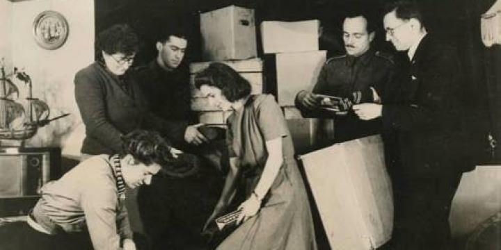 Zdjęcie archiwalne. Pakowanie paczek dla polskich dzieci, które opuściły Związek Radziecki wraz z armią Andersa.